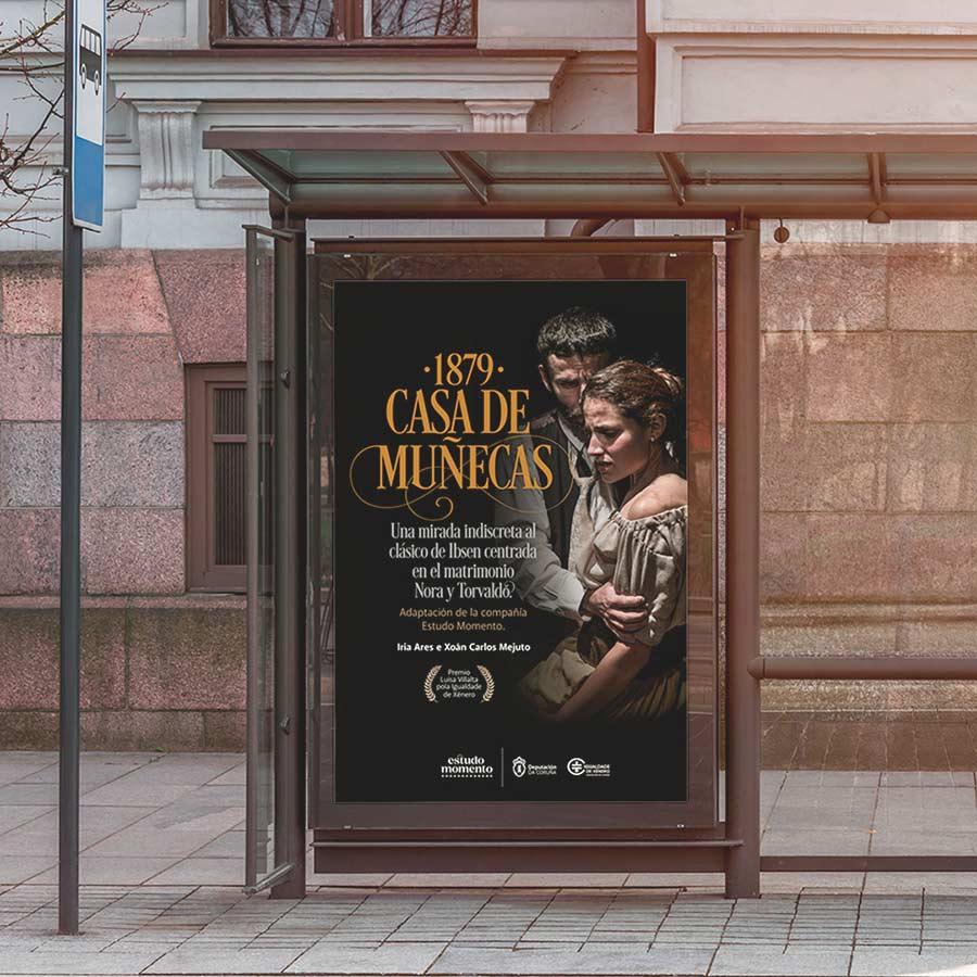 Mupi publicitario con obra de teatro Casa de Muñecas