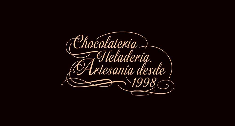 Caligrafía con las palabras chocolateria y heladería artesanal desde el año 1998