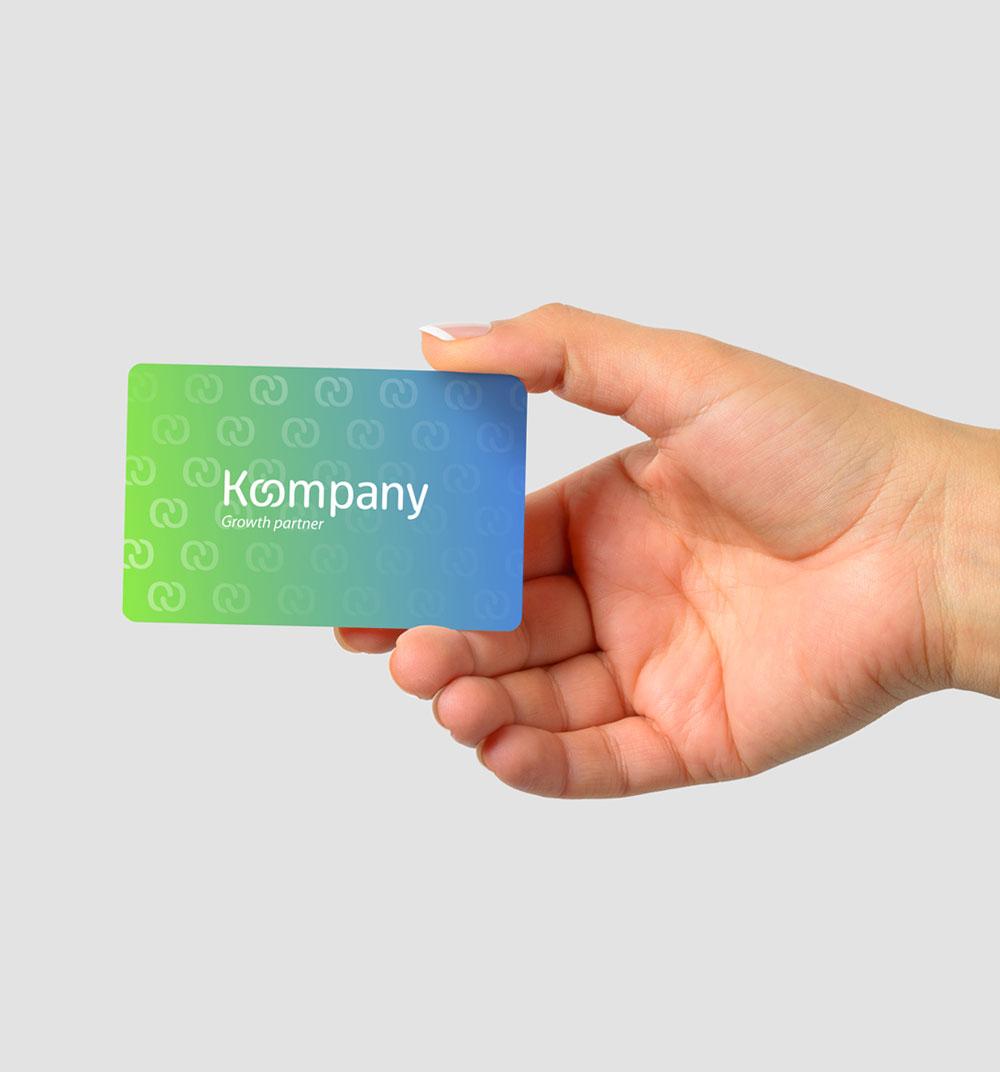 Diseño de tarjeta corporativa para la marca koompany diseñada sobre un degradado de color y con un barniz uvi con el símbolo