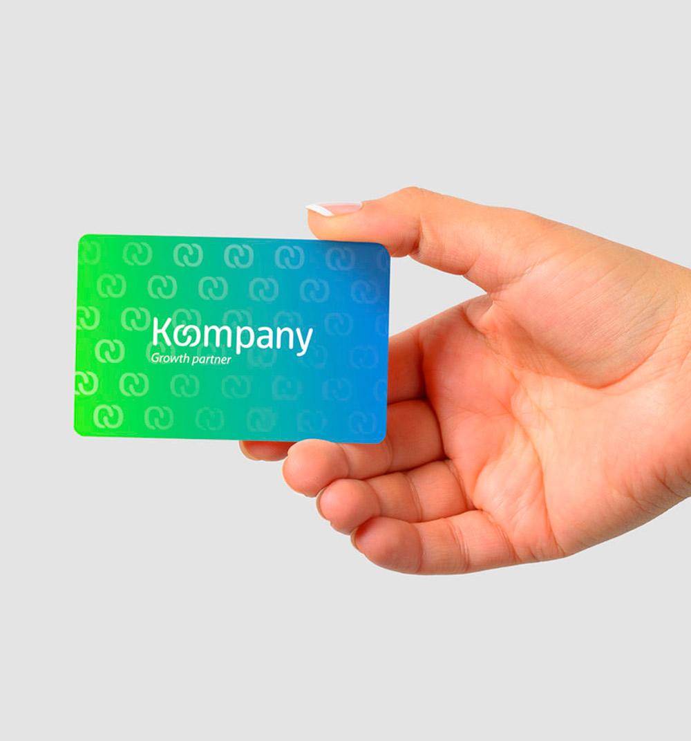 Papelería corporativa realizada para la marca, empleando colores vivos para representar la importancia del entorno digital