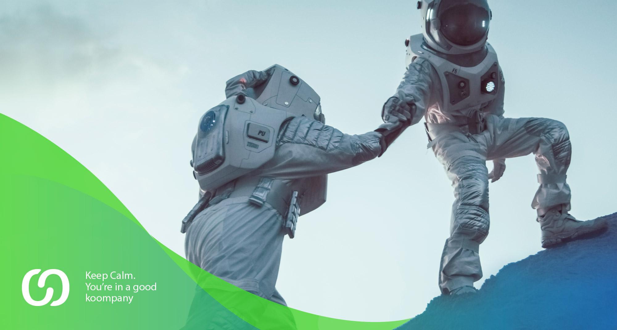 Publicidad de dos astronautasayudándose para empresa de marketing digital y social media