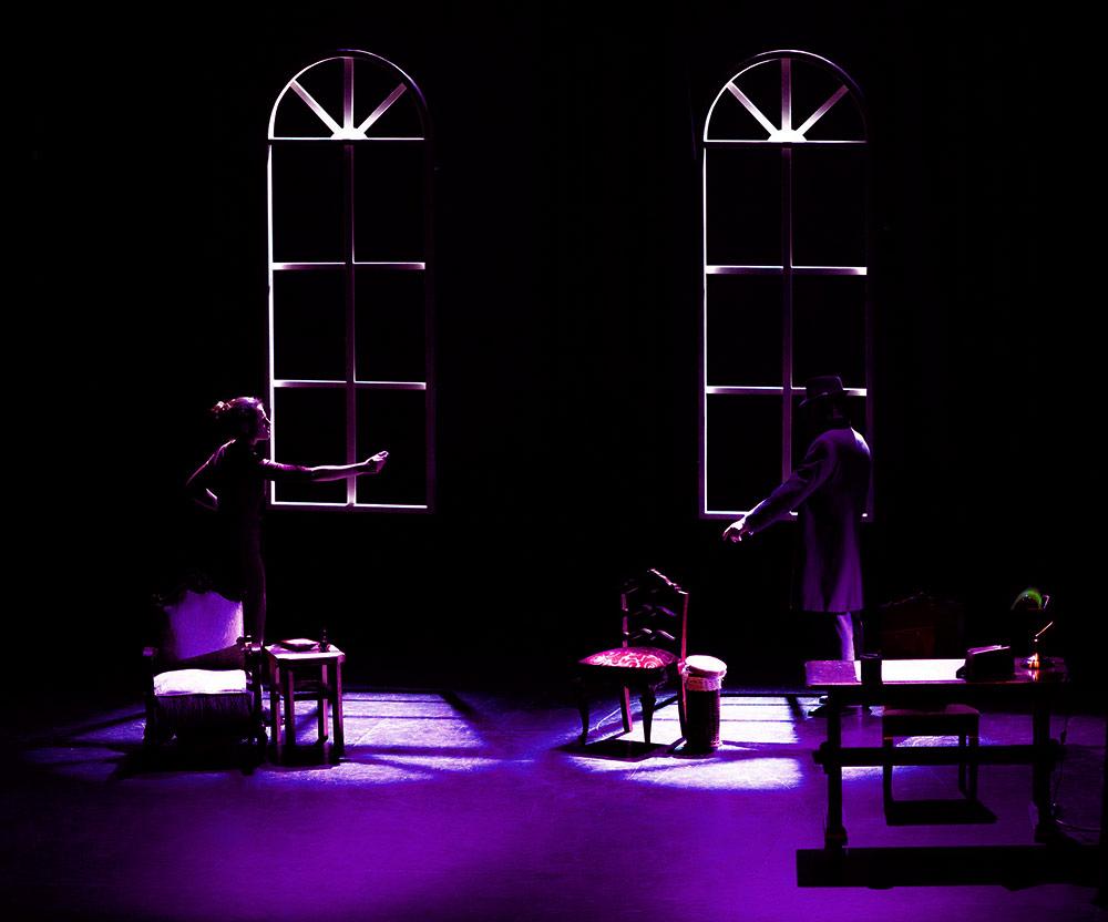 Representación de la obra de teatro de Ira Ares y Xoan Carlos Mejuto, la imagen toma los colores diseñados para la identidad grafica de la marca.