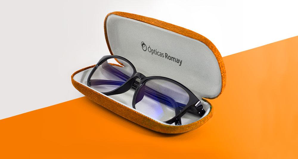 Logotipo estampado en interior de funda de gafas