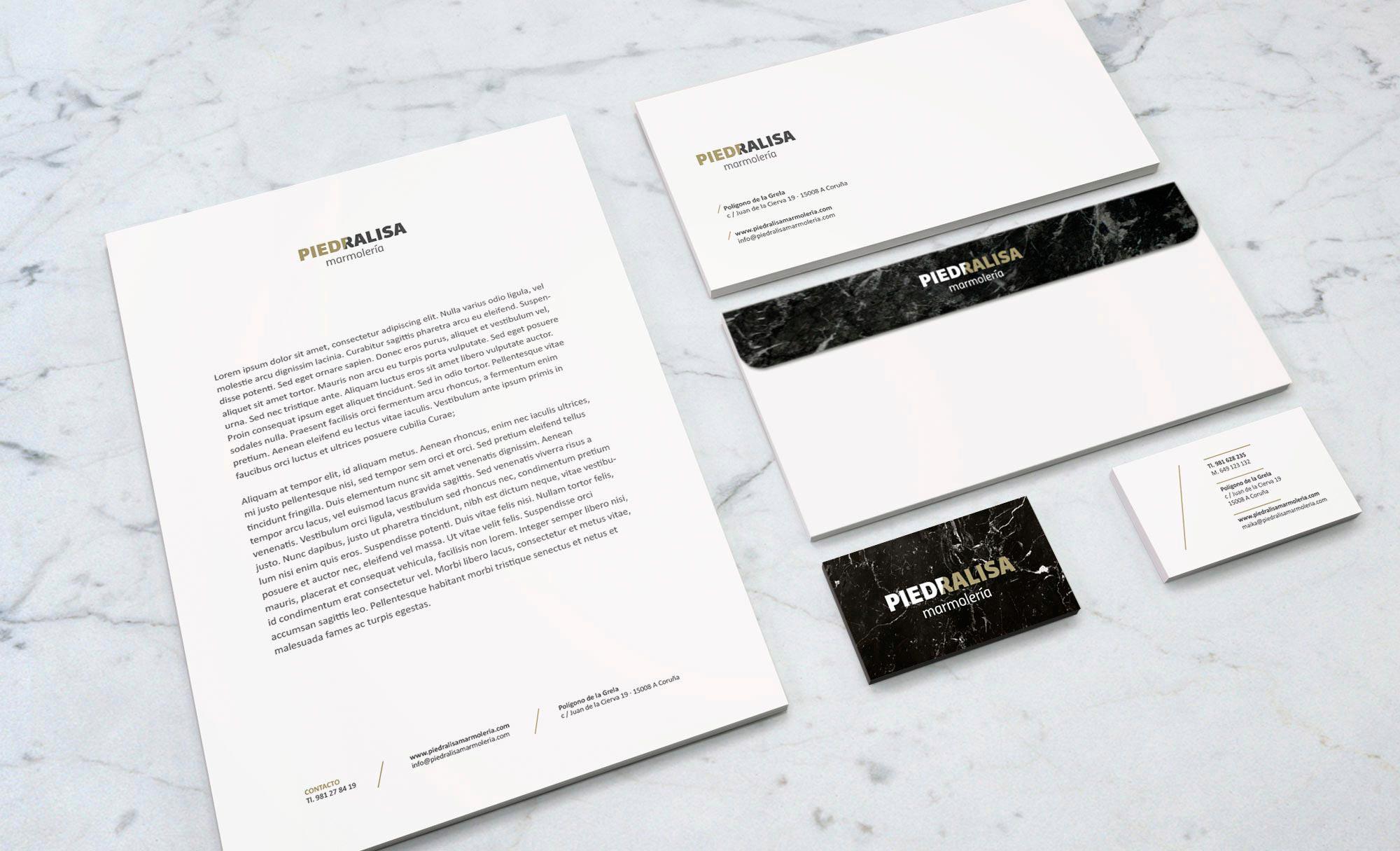 Aplicaciones de papelería de la marca Piedralisa en la que se ve el diseño de tarjetas, papel de carta y sobres